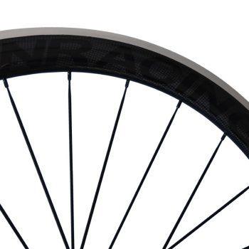 CARBONRACING carbon racefiets wielen met zwart logo op glans carbon velgen met aluminium remrand