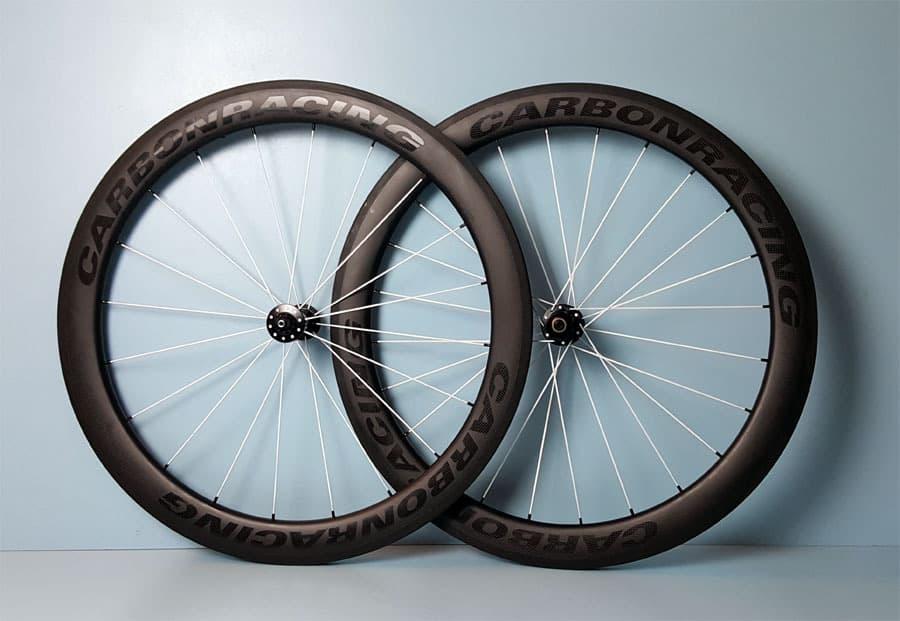 CR5-55 carbon wielen met witte DT Aerolite spaken