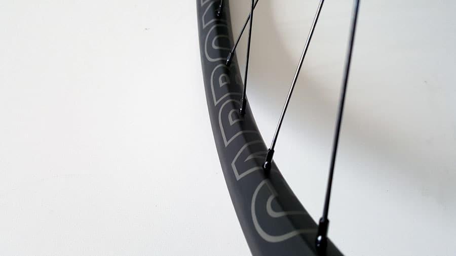 carbon MTB wielen met CARBONRACING logo