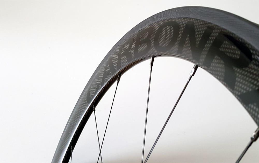 50mm carbon velg met zwart CARBONRACING logo en glans afwerking