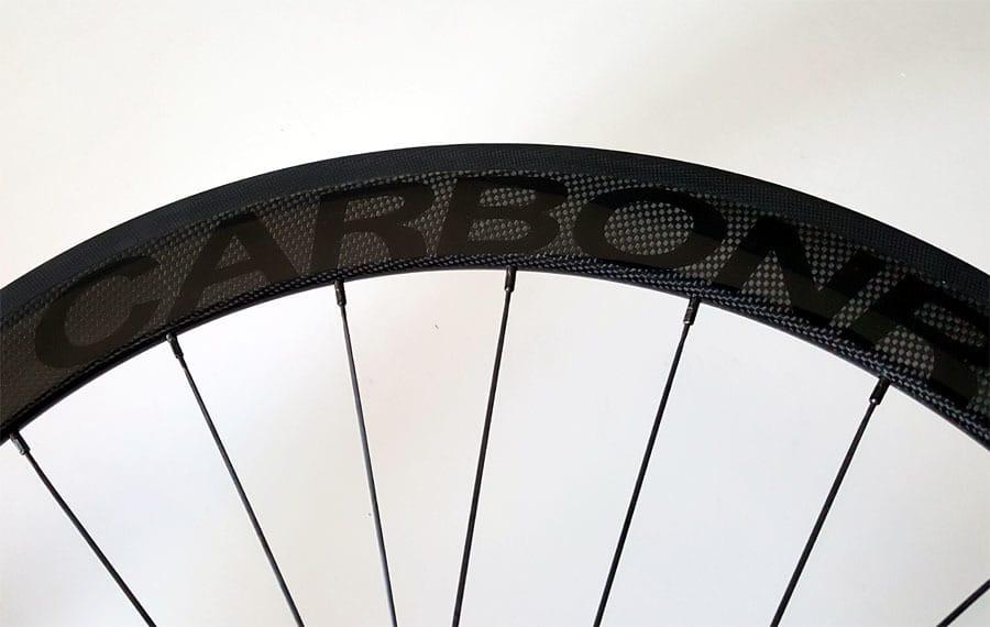 Dura Ace wielset afgewerkt met glans zwart logo op een 3K carbon afwerking.