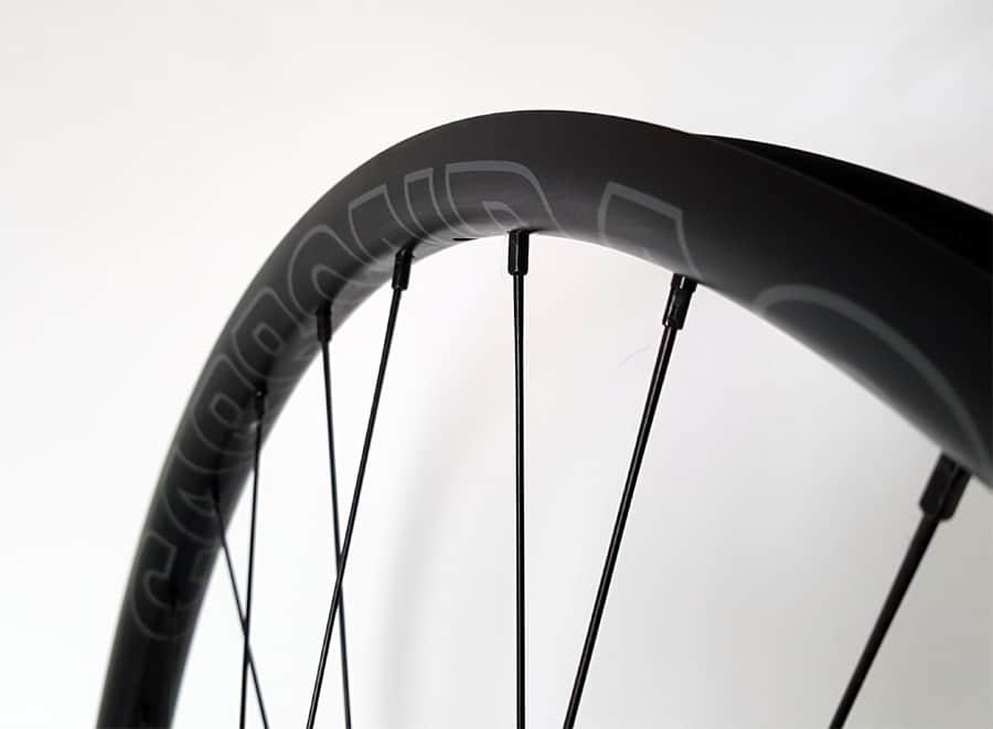 carbon MTB velg met grijs logo