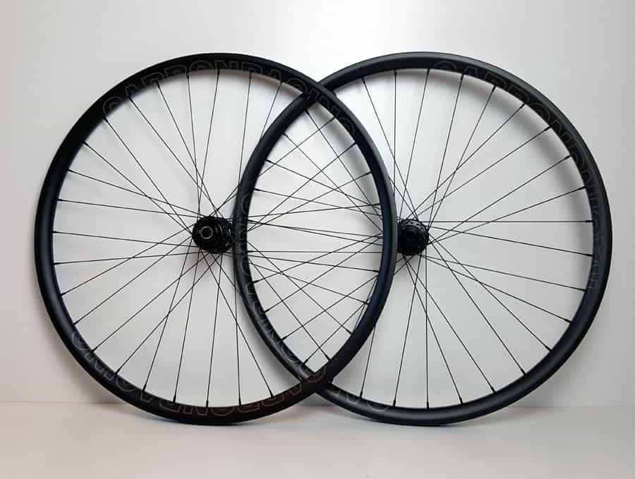 MTB7 carbon MTB wielen met DT 240 naven en grijs logo