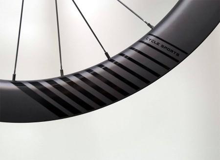 CD55 velg met nieuw zwart glans logo op een verder matte zwarte velg